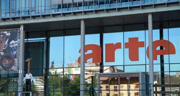 Window graphic saying arte